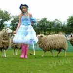 دختری که گوسفند فوتبالیست پرورش می دهد