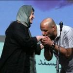 عکسی از امیر جعفری در حال بوسیدن دست زنش