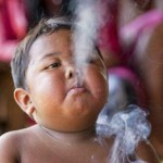 کودکی دو ساله که روزی دو پاکت سیگار می کشد