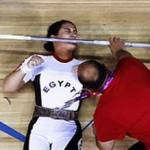 زن وزنه بردار زیر وزنه ماند!+عکس