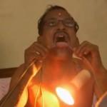 مرد هندی با بدنش لامپ را روشن می کند+کلیپ