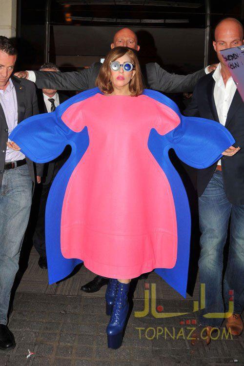 لیدی گاگا با لباسی بسیار عجیب در Park Hyatt Vendome Hotel در Paris, France