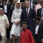 کیت میدلتون با حجاب در مسجدی در کوالالامپور