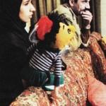 عکسی از گوینده و عروسک گردان کلاه قرمزی