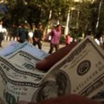 تشکیل صف برای دریافت دلار 2850 تومانی بانک مرکزی