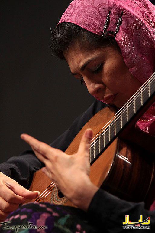 زن گیتاریست