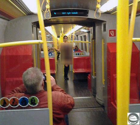 حضور یک زن کاملا برهنه در متروی اطریش همه را شوکه کرد +عکس
