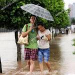 عاقبت قدم زدن عاشقانه زیر بارون! +عکس