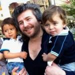 عکس منصور و دو فرزندش