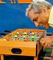 بهرام رادان و مهران مدیری در حال بازی فوتبال دستی