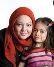 تصاویری از رزیتا غفاری به همراه همسر و دخترش