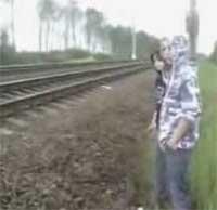 کلیپ خوابیدن دو پسر بچه دیوانه زیر قطار