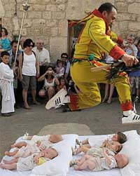 جشنواره پریدن از روی نوزادان در اسپانیا+تصاویر