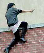 تصاویر تظاهر به خودکشی یک دختر+عکس