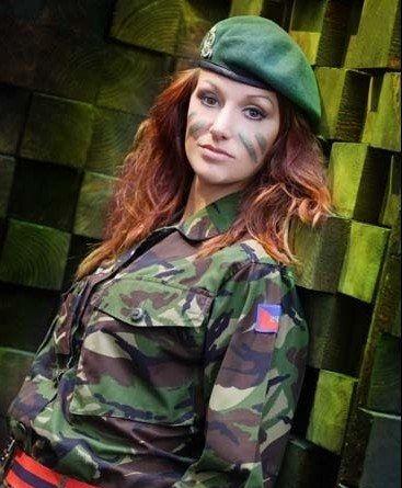 سرباز زن جذاب