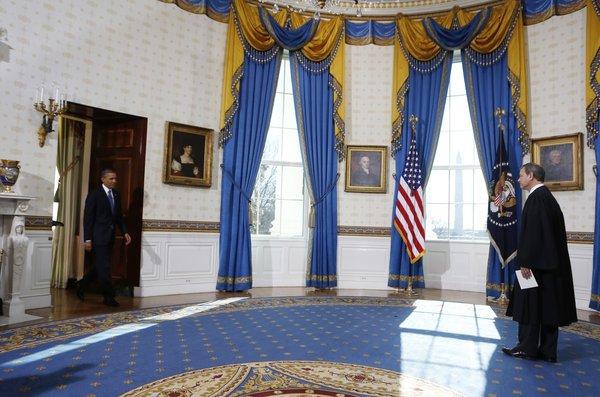 قانون اساسی آمریکا رییسجمهوری این کشور را ملزم میکند که مراسم سوگند را ظهر 20 ژانویه انجام دهد، اما از آنجایی که این روز مصادف با یکشنبه شده، مراسم عمومی روز دوشنبه برگزار خواهد شد.
