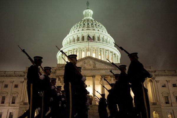 انتظار نمیرود مراسم تحلیف روز دوشنبه همانند نخستین مراسمی باشد که چهار سال پیش، بیش از دو میلیون آمریکایی را به محوطه پارک ملی کشاند تا شاهد تحلیف نخستین آمریکایی-آفریقاییتبار برای احراز مقام ریاستجمهوری آمریکا باشند.
