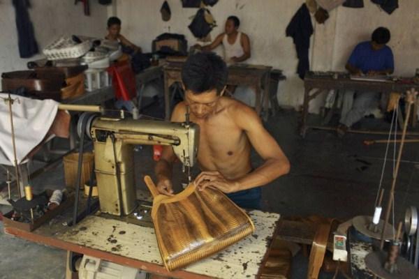 2014 Production of Snakeskin Handbags (22 photos)
