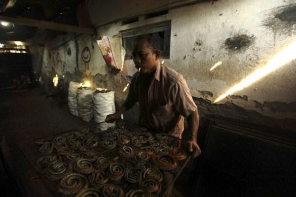 631 Production of Snakeskin Handbags (22 photos)