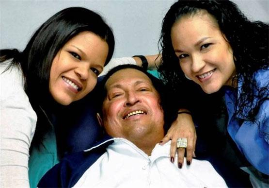 هوگو چاوز در کنار دخترانش