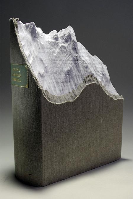 هنرنمایی روی کتاب