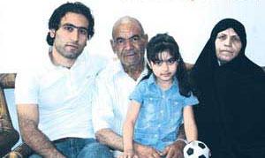 مهدوی کیا در کنار پدر و مادرش + عکس