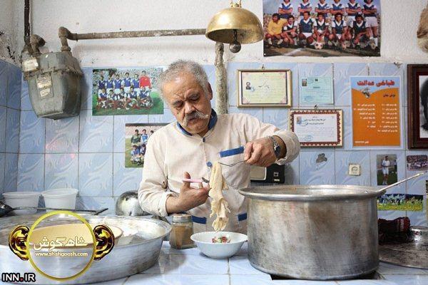 عکس اکبر عبدی در کله پزی اش