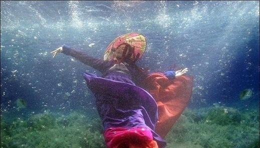 شوی مدل لباس زنان در زیر آب