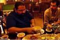 عکس شهاب حسینی و رضا صادقی در حال صرف افطاری