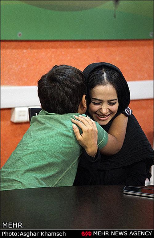 پسری که بازیگر معروف زن را در آغوش گرفت +عکس