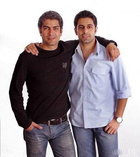 مهدی پاکدل در کنار برادرش