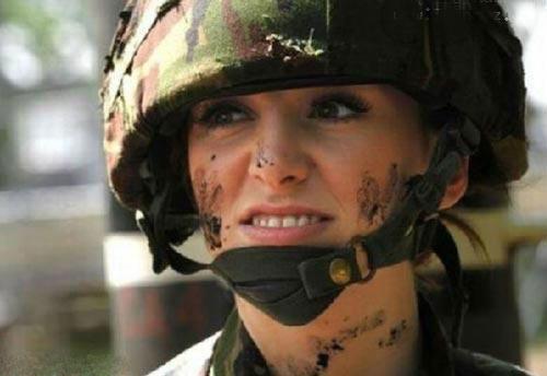 این خانم جذاب ترین سرباز زن دنیا شد! +عکس