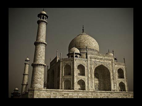 زیارتگاه عشاق, مقبره بانوی ایرانی, تاج محل