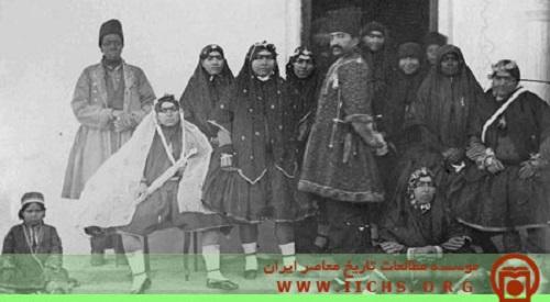 عکس ناصرالدین شاه در میان همسرانش