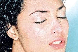 با آب سرد صورت را بشوییم یا آب گرم؟