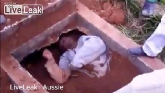 مرد مرده دستش را از قبر بیرون آورد! +عکس