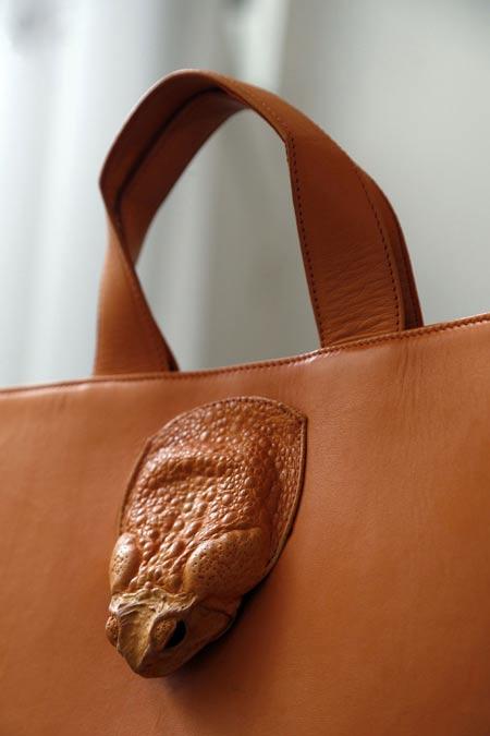 ساخت کیف از پوست غورباقه!
