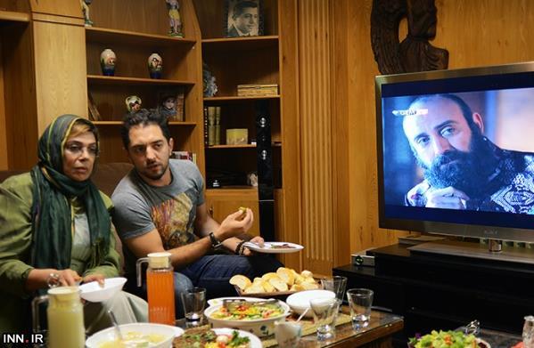 دو بازیگر ایرانی در حال تماشای سریال حریم سلطان! +عکس