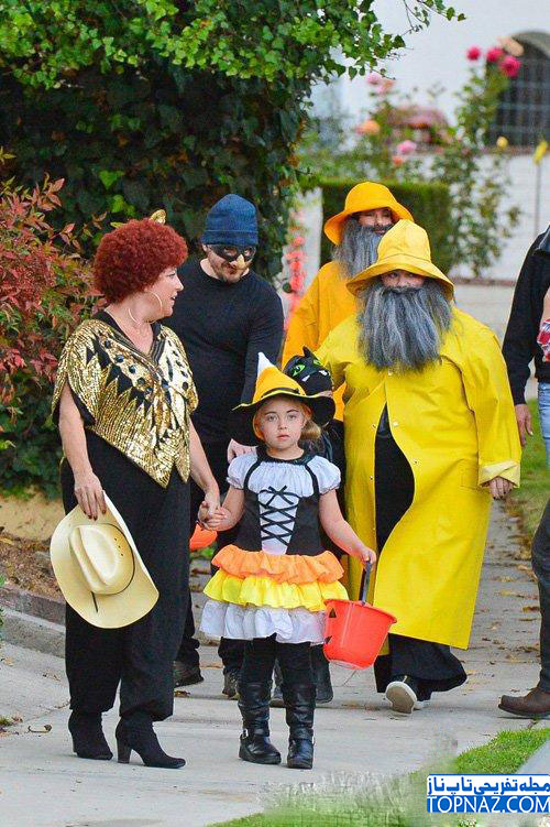 ساندرا بولاک و خانواده اش در حال رفتن به جشن هالووین 2013