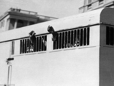 ماندلا در سال ۱۹۶۴ در زندان