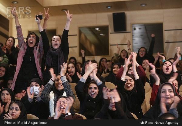 عکس استقبال دختران از حسن روحانی