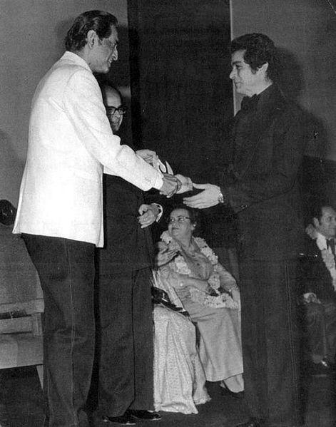 بهروز وثوقی هنگام دریافت جایزه از ساتیا جیت رای برای (فیلم تنگسیر ۱۳۵۲) در هند