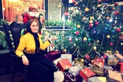 عکس الناز شاکردوست در کنار درخت کریسمس