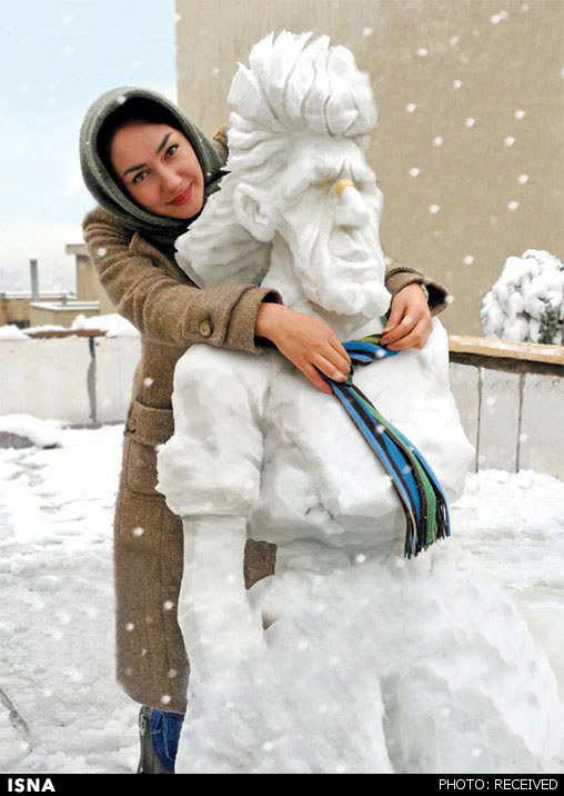 عکس هانیه توسلی در کنار مجسمه برفی