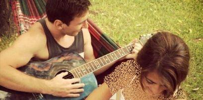 گیتار زدن لیونل مسی برای همسرش +عکس