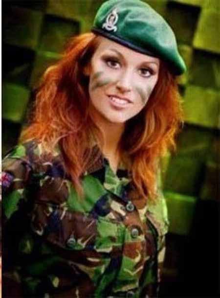 سرباز زن زیبا
