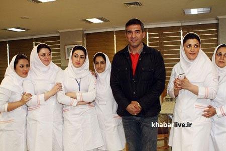متن دعوت به مهمانی عکس یادگاری عابدزاده با دختران پرستار