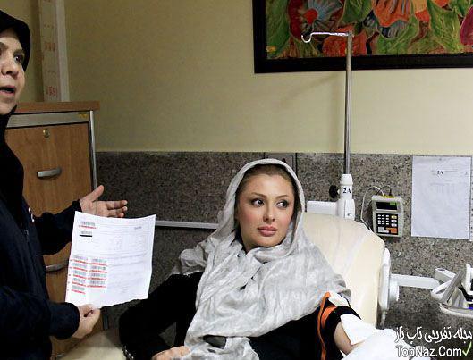 نیوشا ضیغمی در حال اهدای خون