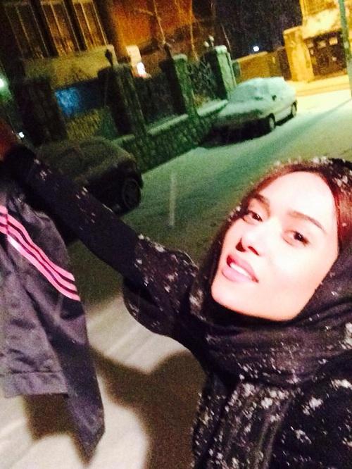 عکس پریناز ایزدیار در حال برف بازی
