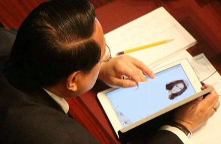 عکس جنجالی نماینده مجلس در حال تماشای دختر برهنه!